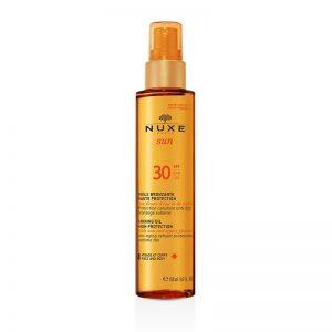 Combinação entre protetor solar com SPF30 e óleo bronzeador para uma pele com um tom mais rico