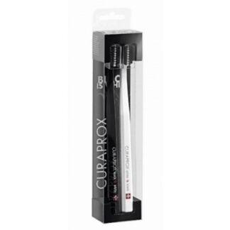 Curaprox Black is White Escova Dentes Branca + Preta escovas de dentes, de cor preta e branca, ideal para a higiene oral diária.